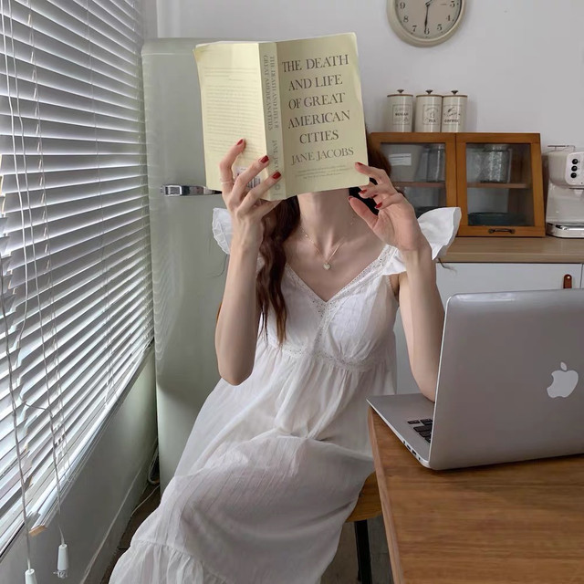 本を持つ女の人