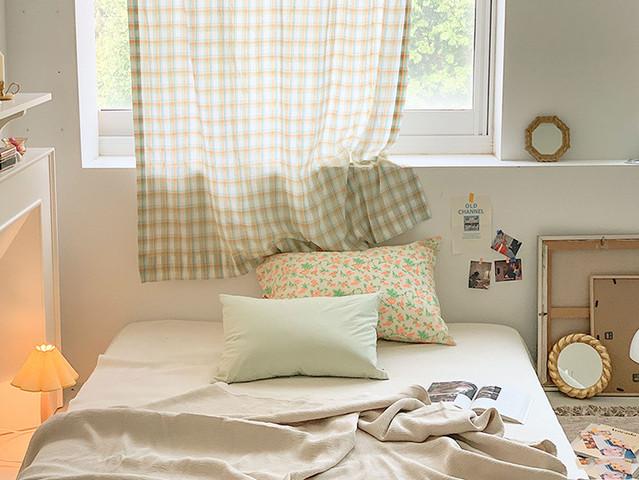 花柄の枕とチェックのカーテン