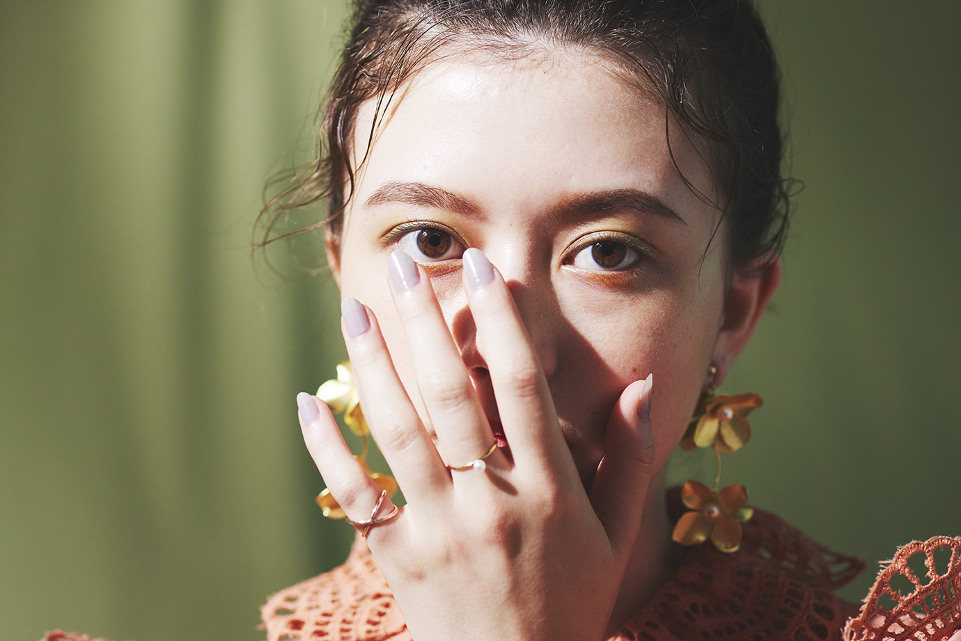 顔を手で覆っている女性
