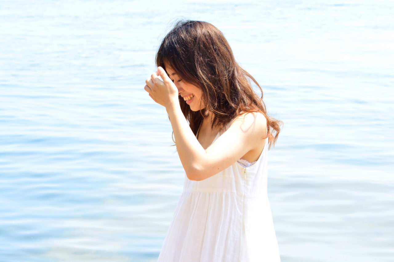 海にいる笑顔の女性
