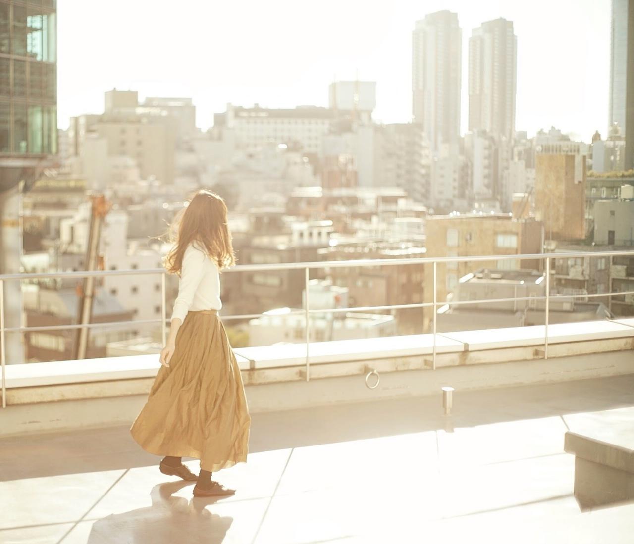 屋上の女性