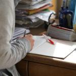 勉強する受験生