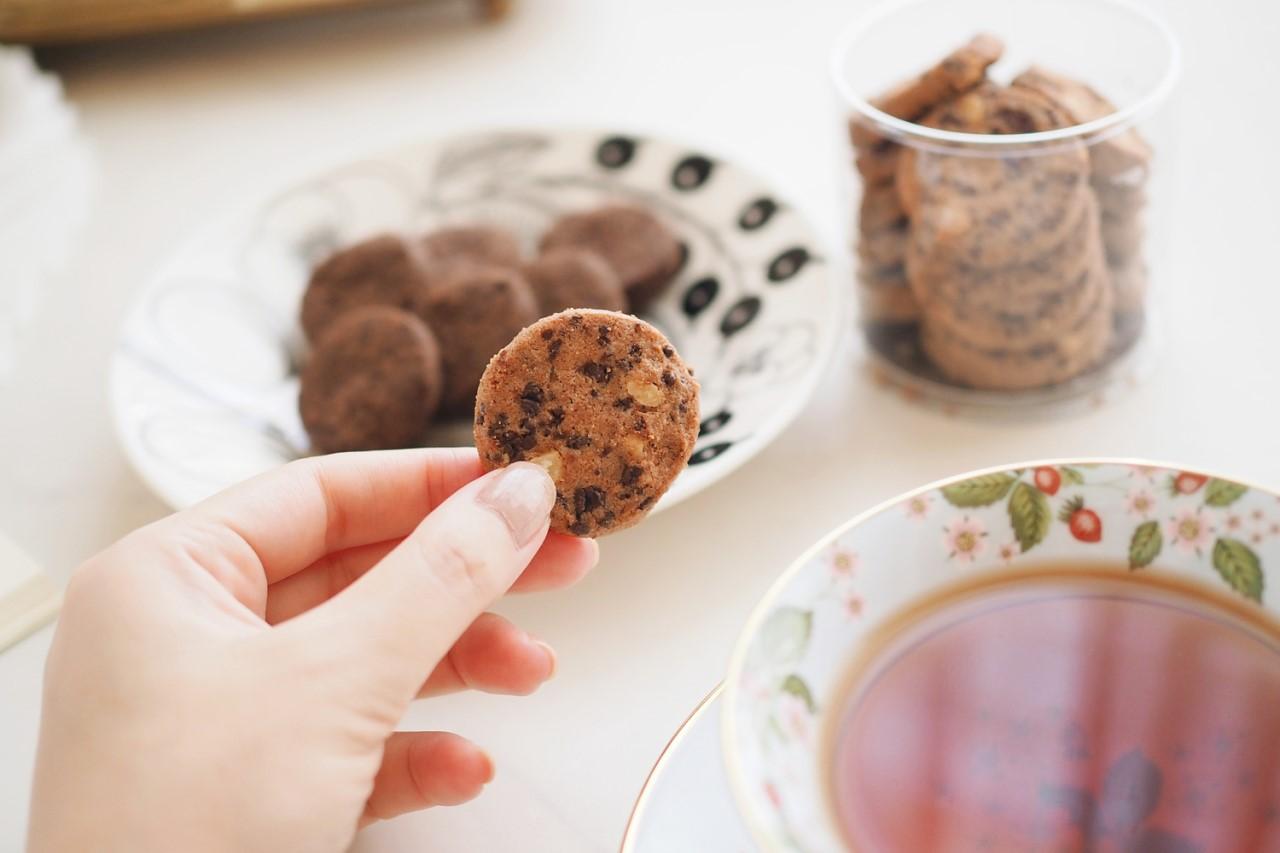 クッキーを食べようとしている