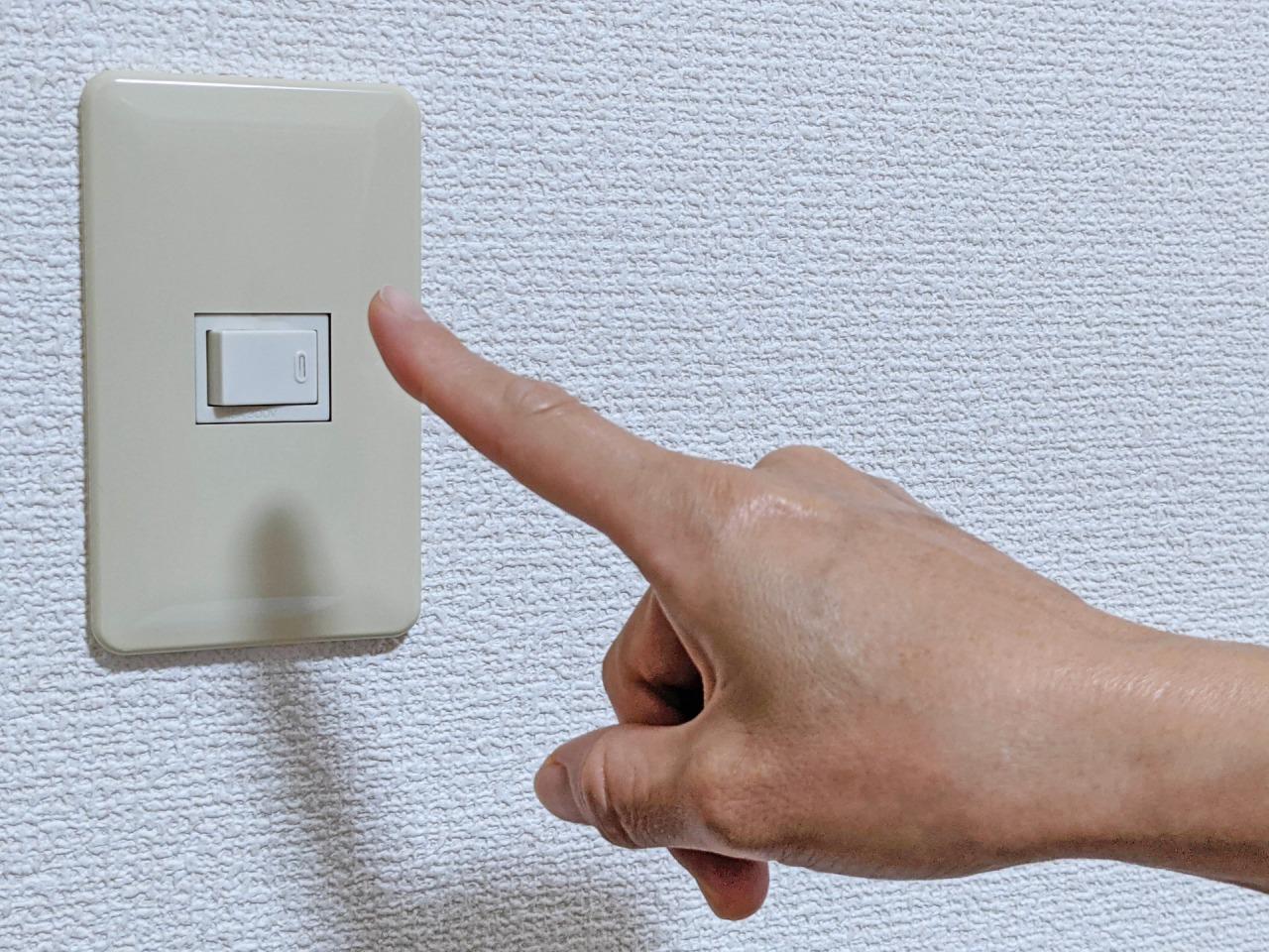 ボタンを押す指
