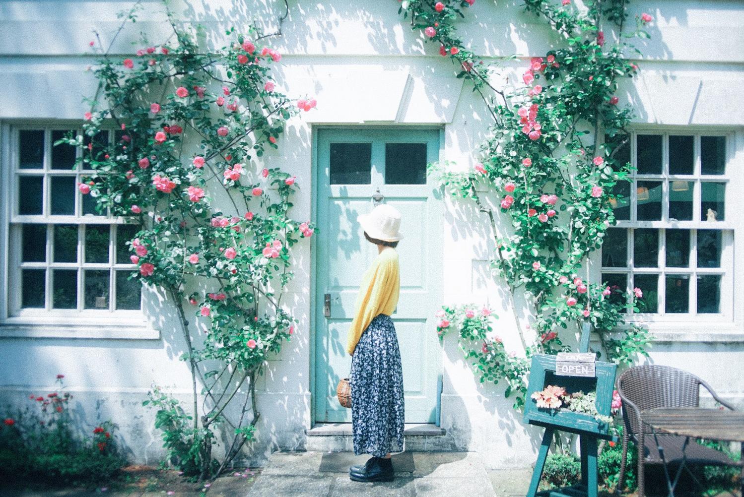 植物に囲まれている女性