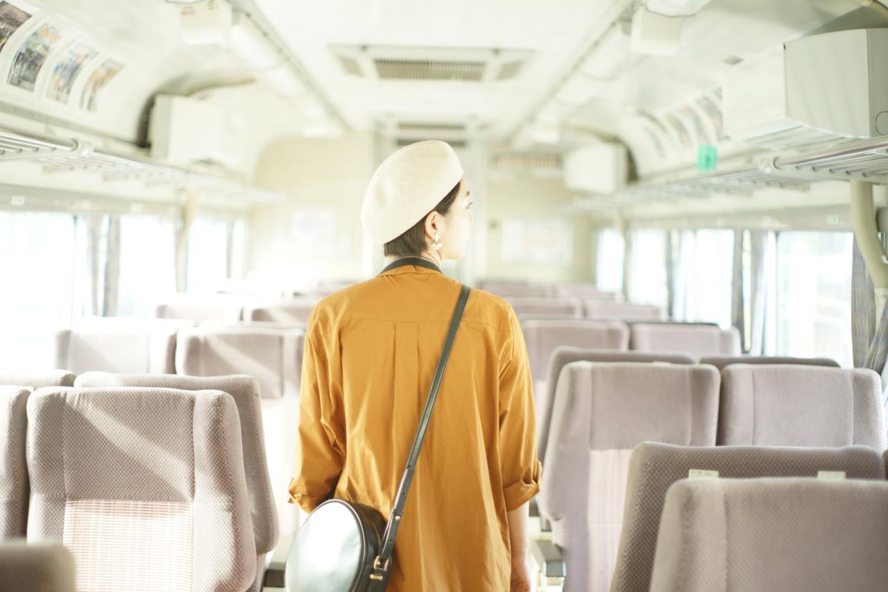 乗り物の中の女性