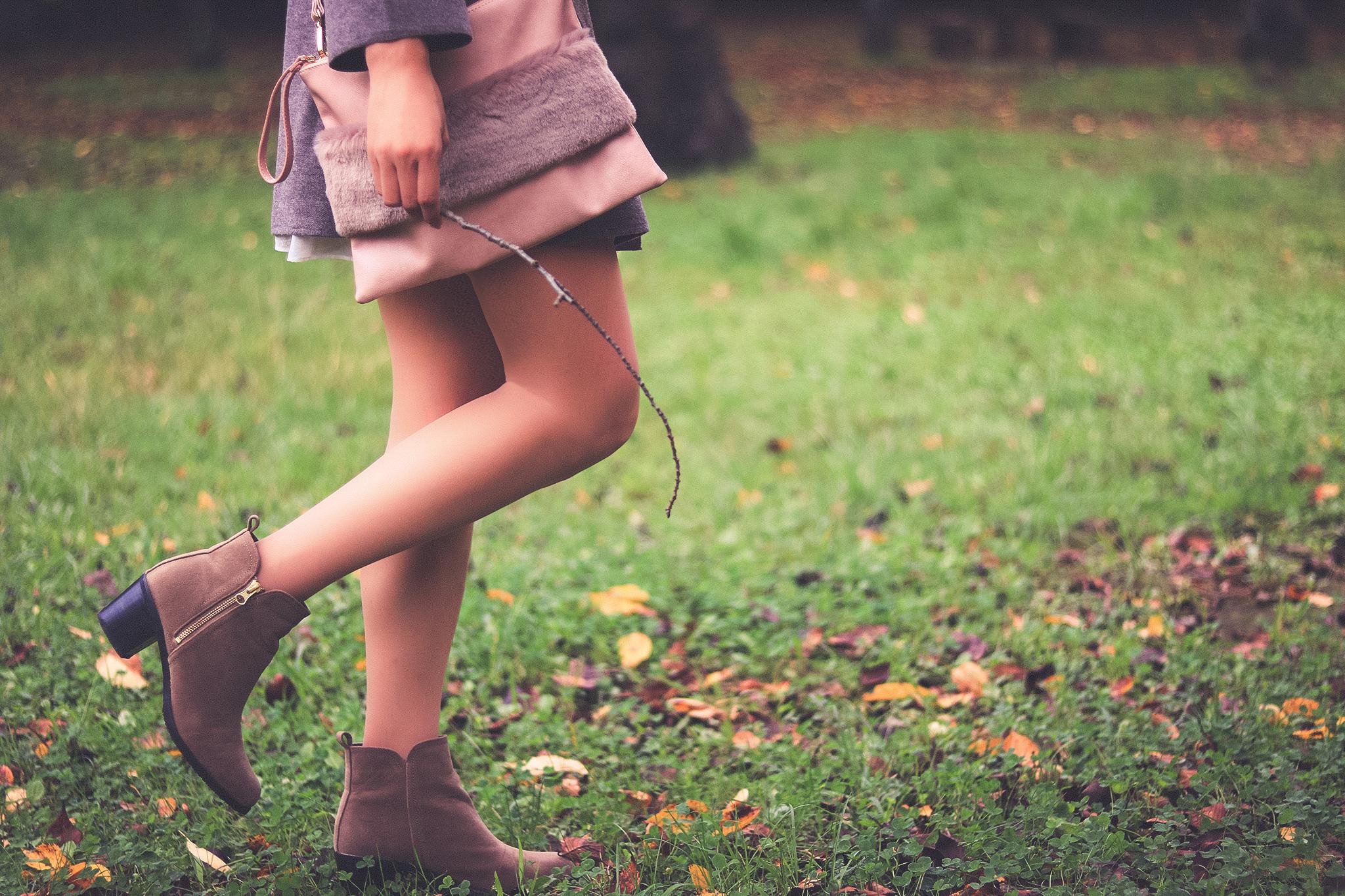 森を散策する女の子