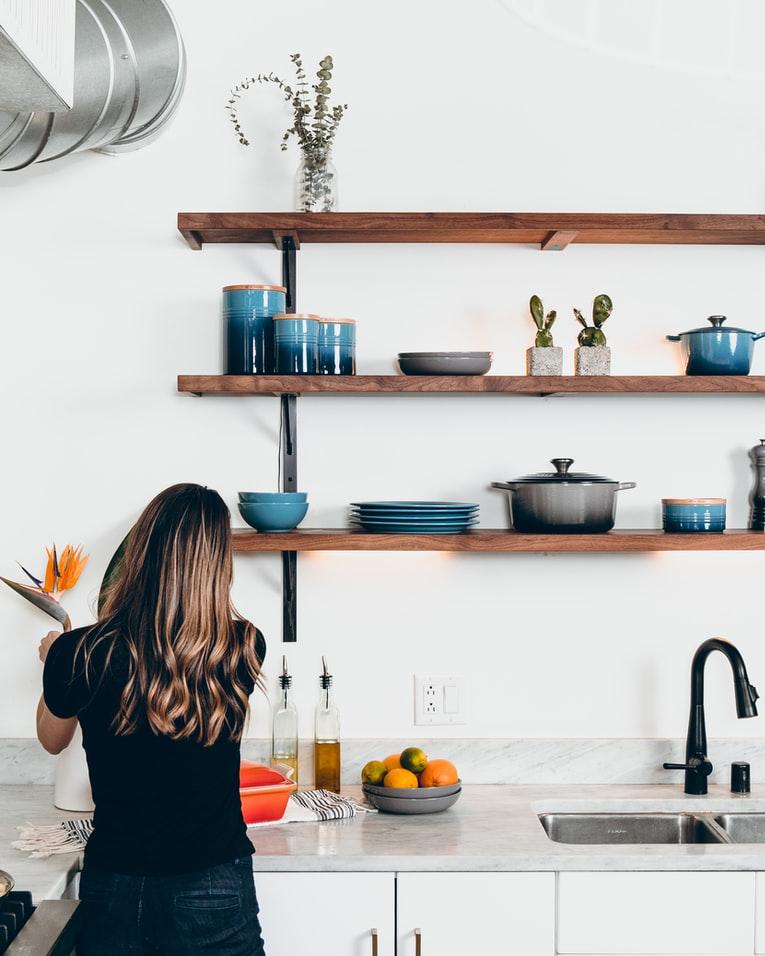 キッチンで料理をつくる女性