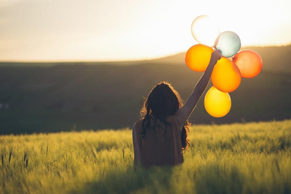 風船を掲げる女性