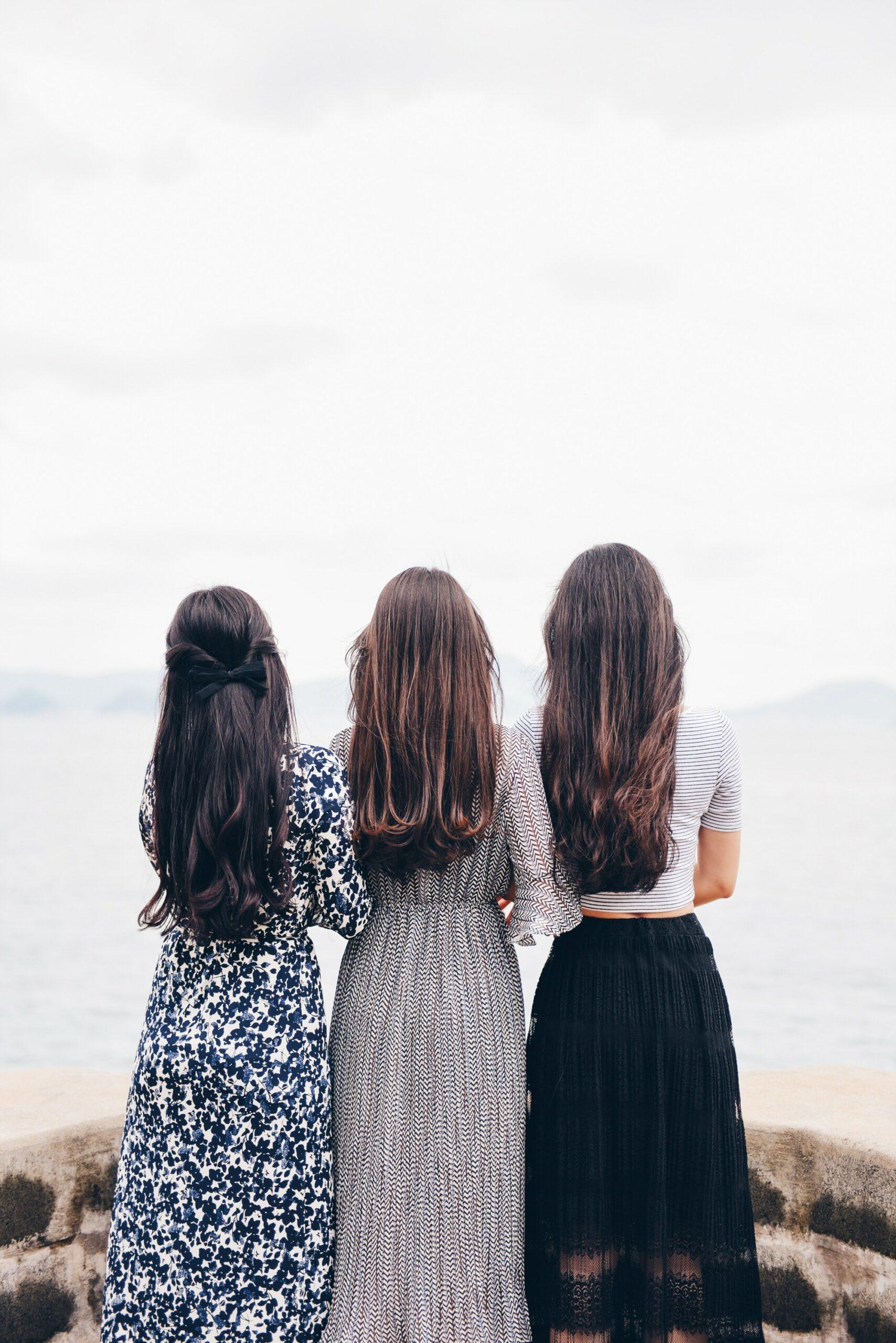 女性3人の後ろ姿