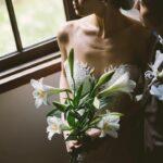 花を持っている女性と寄り添う男性