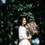 花束を持っている花嫁