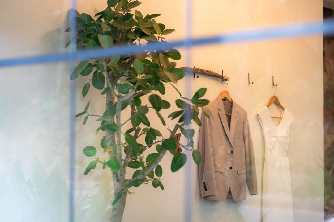 窓越しにタキシードとドレスが見える