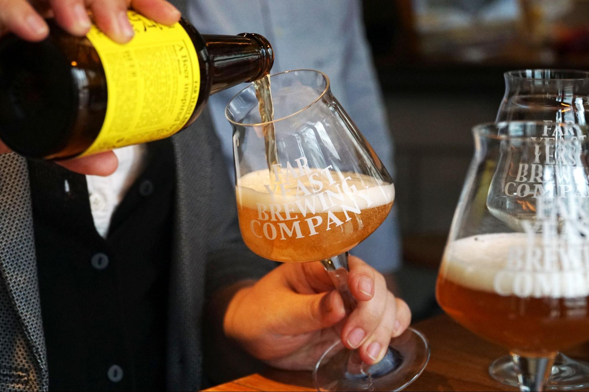 クラフトビールをグラスに注ぐ人